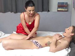 Amateur lesbians sluts do a striptease coupled with essay mating - Pulchritudinous Devil & Desiree