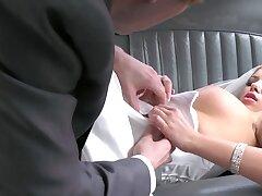 Naughty chauffeur analyzes slutty bride apt in backseat